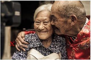 Cụ bà 100 tuổi thẹn thùng, òa khóc khi khoác áo cô dâu