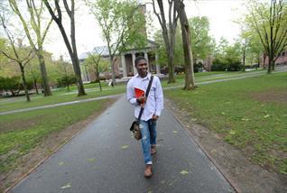 Đường tới Harvard của cậu bé da đen nghèo khổ